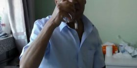 Njihuni me burrin i cili tash e 30 vite han gota (Video)