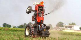 Fermeri që po habit botën, vozit traktorin në dy rrota (Foto/Video)