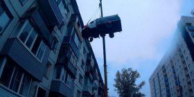 Ngriti kamionin në katin e pestë të ndërtesës me vinç gjigant, për ta befasuar të dashurën për ditëlindje (Foto/Video)
