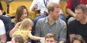 """Vogëlushja """"kapet duke i vjedhur kokoshkat"""" princit Harry (Video)"""