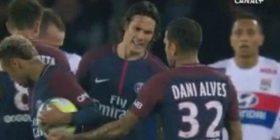 Dani Alves nuk e lejon Cavanin të ekzekutojë gjuajtjen e lirë, i jep topin Neymarit (Video)