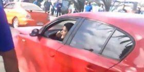 E zë burrin me tjetrën, i hakmerret duka ia shkatërruar veturën (Video)