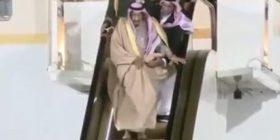 Momenti kur mbretit saudit Salman i prishen shkallët elektrike të lara në flori, derisa zbret nga aeroplani (Video)