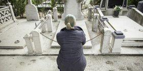 E moshuara merr pjesë në varrimin e të panjohurve, të gjithë mbetën të shokuar kur e kuptuan se ajo shkon për të ngrënë ushqim falas (Foto)