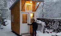 Djaloshi 13-vjeçar ndërtoi shtëpizën e vogël për më pak se 1.300 euro, brenda saj i ka të gjitha (Foto/Video)
