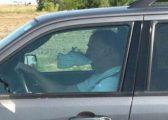 Imazhe qesharake të shkrepura nëpër autostrada, ku shoferët kanë bërë gjëra të çuditshme derisa ishin pas timonit (Foto)