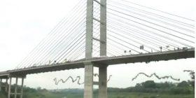 """""""Çmenduri"""": 245 njerëz hidhen së bashku nga një urë (Video)"""