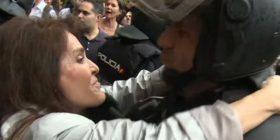 Përveç skenave të dhunshme që janë parë gjatë referendumit të Katalonisë, një grua ka bërë diçka të bukur – ka puthur një polic të uniformuar (Video)