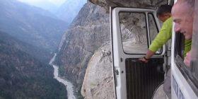 Turistët udhëtojnë me furgon në njërën nga rrugët më të rrezikshme në botë, pamjet rrëqethëse publikohen në internet (Video)