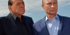 Berlusconi i dhuron Putinit për ditëlindje mbulesë për krevat – në të shihen dyshja duke i shtrënguar duart (Foto)