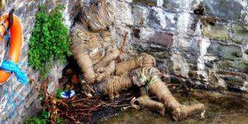Banorët e shqetësuar me trupin misterioz të mbështjellë me litarë (Foto)