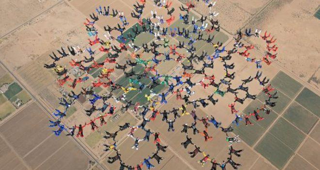 Thyejnë rekordin botëror, 217 parashutistë krijojnë forma të ndryshme me trupat derisa fluturojnë në 5.800 lartësi (Video)