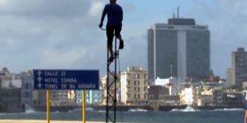 Për të hipur në këtë biçikletë duhet të përdorni shkallët (Video)
