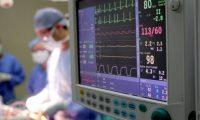 Operacioni i rrallë: Mjekët i hapin kokën për t'i hequr tumorin, pacienti i bie klarinetës