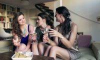 Çfarë u tregojnë vajzat shoqeve për marrëdhëniet seksuale?
