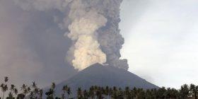 Autoritetet në Bali ngrenë shkallën e sigurisë për vullkanin