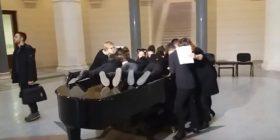 Njëzet nxënës nga Sarajeva thyejnë rekordin e librit Guiness në një piano (Video)
