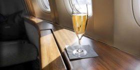 E dëbojnë nga aeroplani për shkak të shampanjës