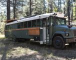 Autobusin e shkollës që e bleu për 3600 dollarë, e shndërroi në shtëpi me rrota – planifikon ta shëtit botën (Foto)