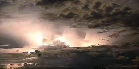 """Pamje të rralla dhe mbresëlënëse që tregojnë se si """"shpërthen"""" qielli në Australi (Video)"""