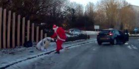 Babagjyshi ndaloi veturën, ndihmoi kalimtaren që rrëshqiti në rrugën e ngrirë (Video)