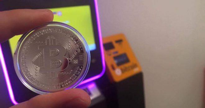 """Bitcoin """"lufton"""" për të qëndruar mbi 10,000 dollarë"""