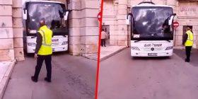 Shoferi i autobusit tregohet i shkathët, arrin të kalojë përmes rrugës së ngushtë në Kroaci (Video)