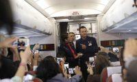 Papa Françesku marton çiftin në aeroplan (Foto/Video)
