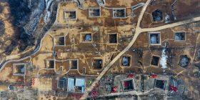 Fshati misterioz në Kinë, ku banorët jetojnë në shtëpitë e ndërtuara nën tokë (Foto/Video)
