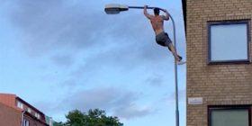 Ngjitet në shtyllën elektrike mbi 9 metra të lartë për të bërë pompa (Video)