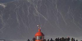 """Bën """"surf"""" mbi valët 25 metra të larta (Video)"""