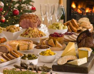 Si të sillemi me tryezën e Vitit të Ri, këshilla për të mos e tepruar