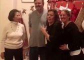 Bëhet kinse po i fotografon, befason familjarët duke treguar se është shtatzënë (Video)