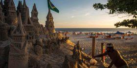 Feston 22 vjetorin e jetesës në kështjellën e rërës së plazhit (Foto)