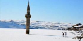Minarja shfaqet nga liqeni i ngrirë
