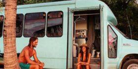 Adoptuan autobusin e shkollës si auto-shtëpizë, që të kalojnë muajin e mjaltit duke udhëtuar (Foto)
