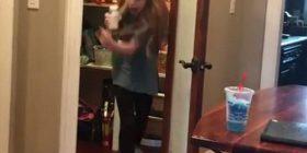 Babai shfrytëzoi kafshën e balsamosur që ta frikësoi të bijën (Video)