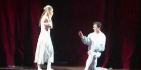 Balerina befasohet nga partneri, i propozoi martesë në skenë (Video)