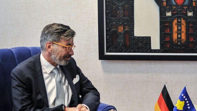 Ambasadori gjerman mbështet diplomatin zviceran, tregon për ndihmat që dy vendet i kanë bërë Kosovës