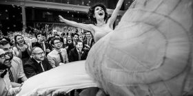 Dhëndri duke qarë apo shampanja e hapur keq, 15 momentet më të pazakonta nga dasmat (Foto)