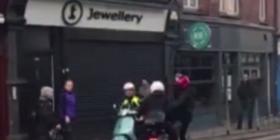 80-vjeçarja e shpëtoi të riun që donin t'ia grabisnin motoçikletën (Video)