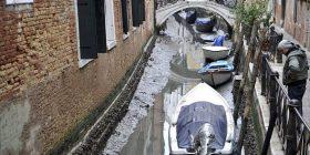 Gondolat mbesin në baltë, thahen shumica e kanaleve të Venedikut (Foto)