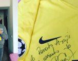 Neymar dhuratë fanellën e tij ish-lojtarit të Kombëtares