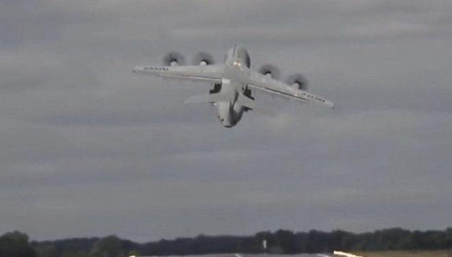 """Ngritja """"vertikale"""" e aeroplani 76 tonësh, që la gojëhapur të pranishmit (Video)"""