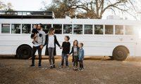 Hoqën dorë nga jeta luksoze në shtëpinë prej 450 metra katrorë për të jetuar në autobusin e vjetër për nxënës (Foto/Video)
