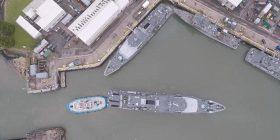 Pamje të filmuara me dron tregojnë sesi anija e vogël parkon luftanijen gjigante (Video)