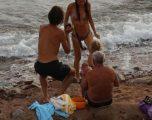Turistja ruse lind duke notuar në det