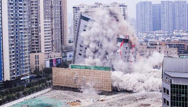 Eksplodimi i kontrolluar e ktheu në pluhur ndërtesën me 15 kate, brenda dhjetë sekondave (Video)