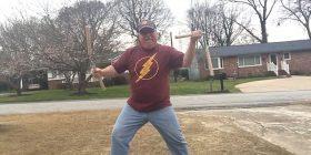 """""""Harrojeni Bruce Lee"""": Lëvizjet që mund të bëjë ky burrë me """"shkopinjtë e karatesë"""" të lënë pa fjalë (Video)"""