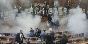 Hidhet gaz në Kuvend